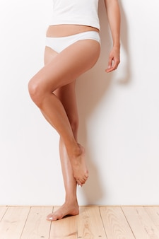 Portrait d'une moitié de corps féminin élancé en sous-vêtements