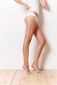 Portrait d'une moitié du corps féminin en sous-vêtements