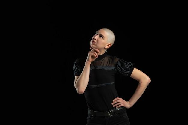 Portrait monochrome de jeune femme chauve caucasienne