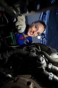 Portrait de moteur de voiture mécanicienne examen