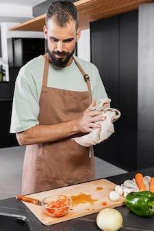 Portrait moyen homme tenant une serviette