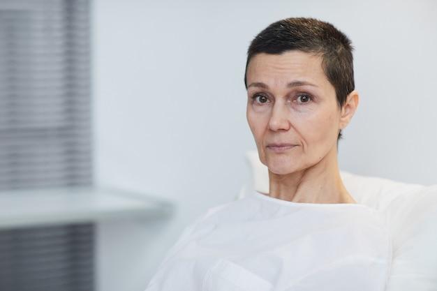 Portrait, de, mûr femme, regarder appareil-photo, séance, à, hôpital