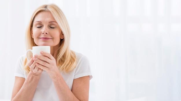 Portrait, mûrir, femme, apprécier, tasse, café