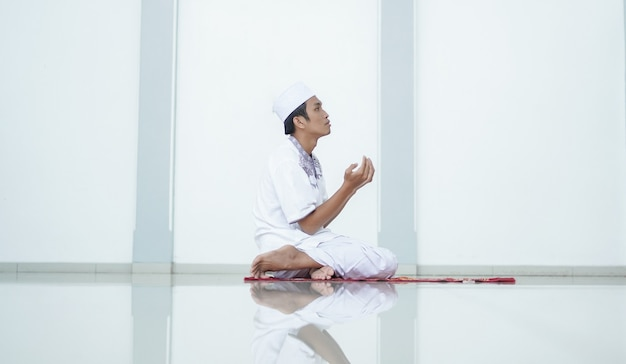 Un portrait d'un musulman asiatique prier à la mosquée après shalat