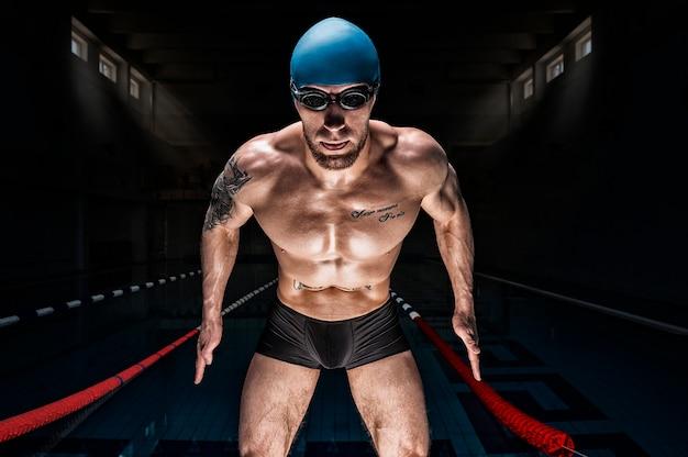 Portrait d'un nageur sur le fond de la piscine.