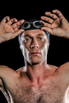 Portrait de nageur portant des lunettes de natation