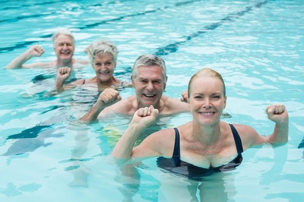 Portrait de nageurs profitant de la piscine
