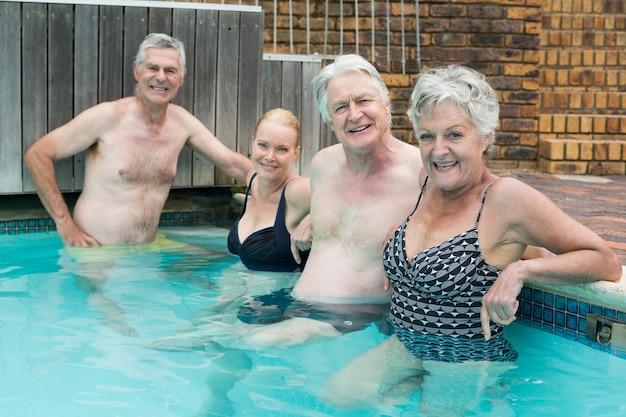 Portrait de nageurs s'appuyant sur la piscine