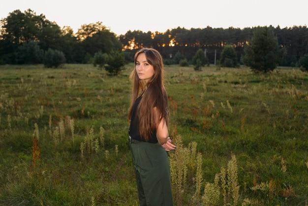 Portrait sur nature verte. mode féminine. prairie de printemps. femme de mode. nature rurale. l'été.