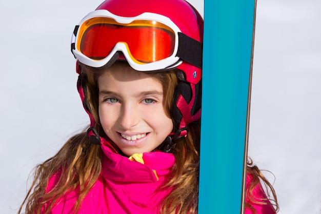 Portrait de neige hiver fille kid avec équipement de ski