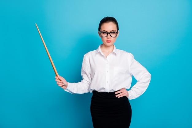 Portrait de nice coacher attrayant pointant la science de l'espace de copie de bâton en bois isolé sur fond de couleur bleu vif