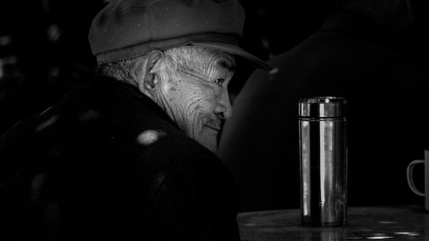 Portrait noir et blanc du vieil homme