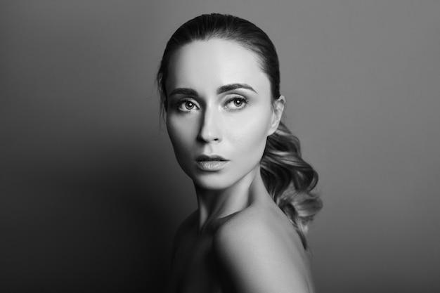 Portrait noir et blanc d'une femme au parfait