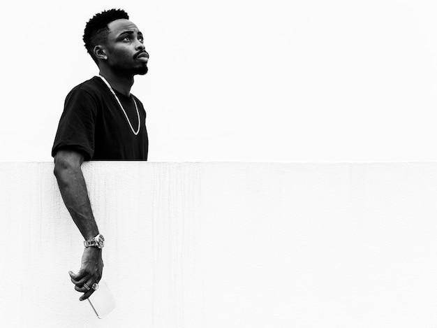 Portrait noir et blanc d'un homme africain