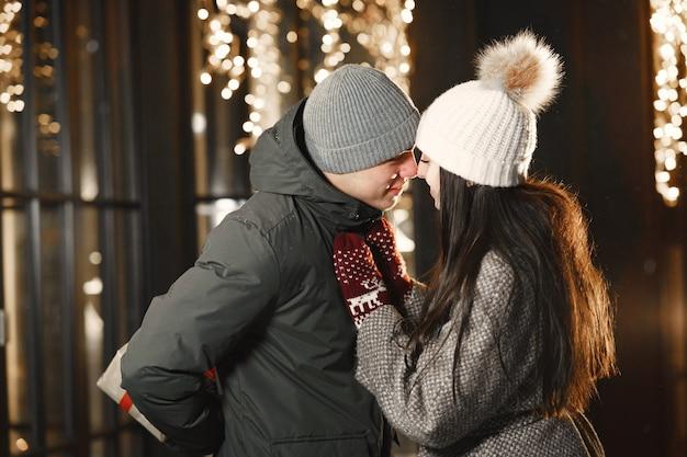 Portrait de nuit en plein air de jeune couple avec boîte-cadeau