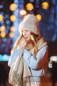 Portrait de nuit en plein air de jeune femme posant dans la rue