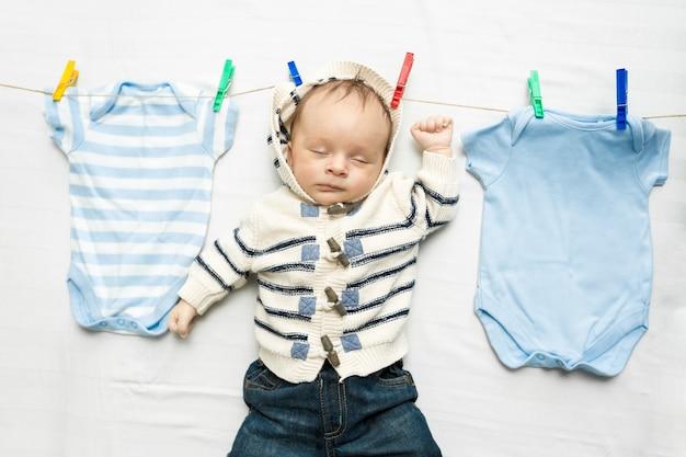 Portrait of baby boy séchant sur une corde à linge après la lessive