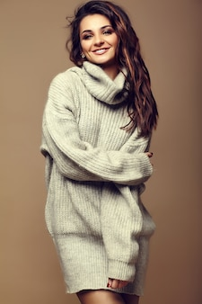 Portrait of beautiful happy sweet cute smiling brunette woman girl in casual hipster warm grey pull vêtements