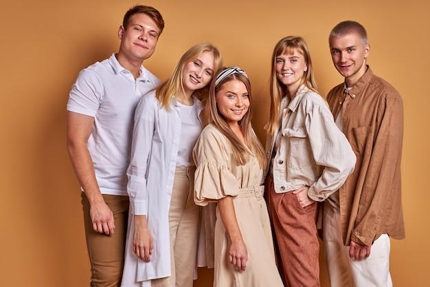 Portrait of happy smiling groupe de jeunes posant ensemble