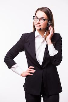 Portrait of happy smiling opérateur de téléphonie de soutien gai dans le casque, isolé sur un mur blanc