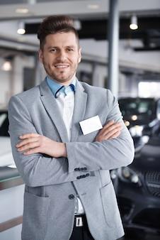 Portrait of mid adult vendeur confiant