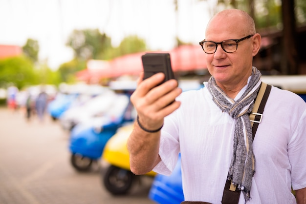 Portrait of senior homme touriste scandinave passer des vacances dans la ville d'ayutthaya en thaïlande