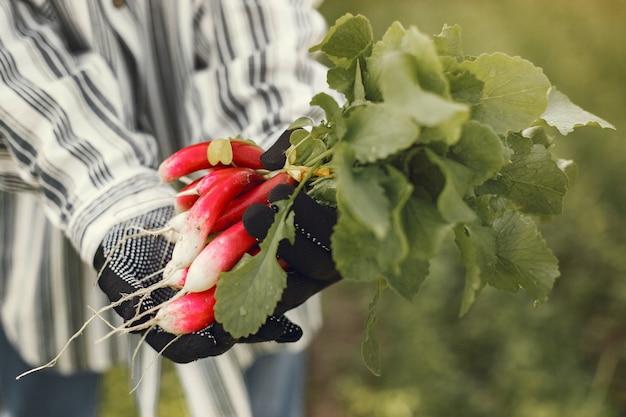 Portrait of senior man in a hat jardinage avec petite-fille