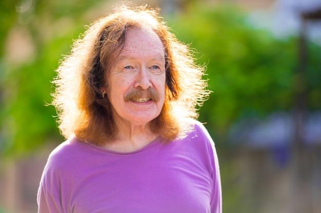 Portrait of senior man avec moustache dans les rues à l'extérieur