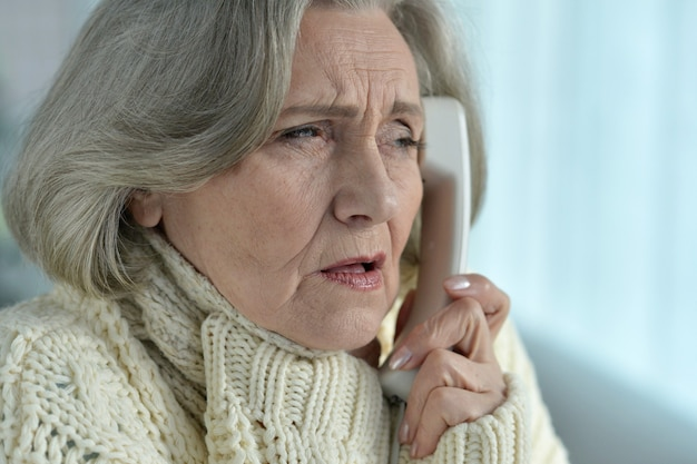 Portrait of senior woman with phone se sent mal