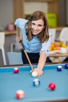 Portrait of smiling business executive jouant au billard