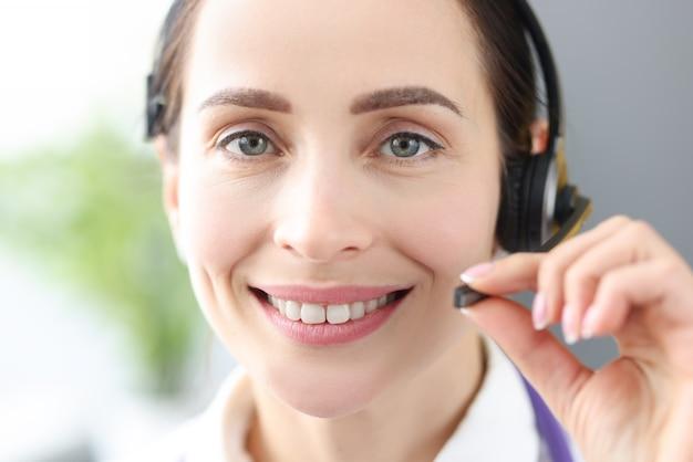Portrait of smiling doctor opérateur dans le centre d'appels