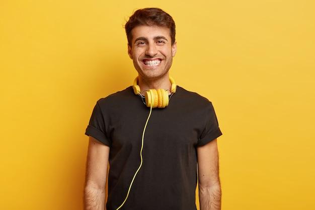 Portrait of smiling guy européen avec sourire à pleines dents, dents blanches, bénéficie de temps libre