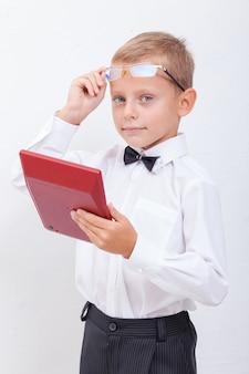 Portrait of teen boy avec calculatrice sur fond blanc