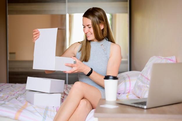 Portrait of woman unboxing produits commandés en ligne