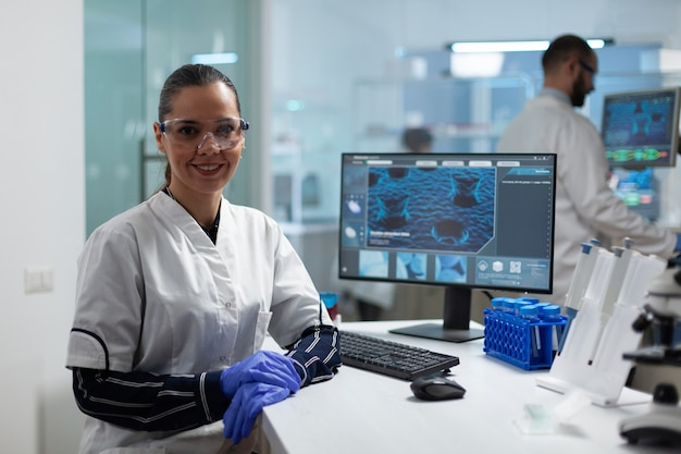 Portrait ofscientist chercheur femme travaillant dans le laboratoire de l'hôpital de microbiologie