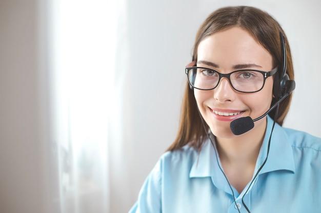 Portrait d'un opérateur de centre d'appel fille souriante.