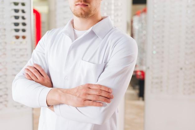 Portrait d'un optométriste masculin sympathique