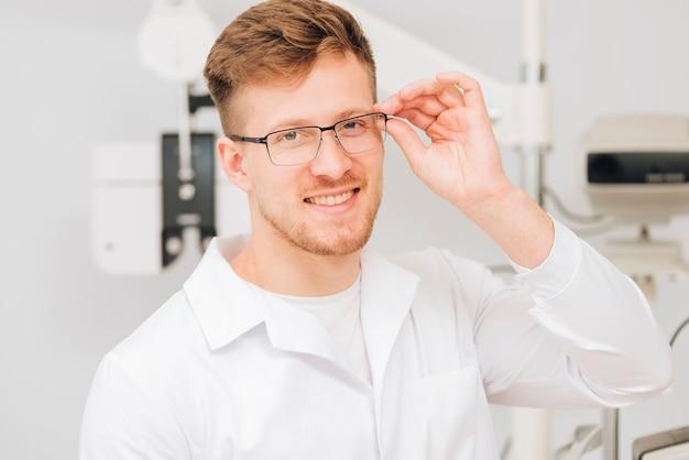 Portrait d'un optométriste de sexe masculin