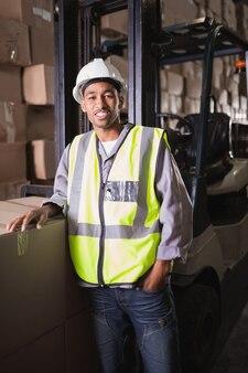Portrait d'un ouvrier debout dans l'entrepôt