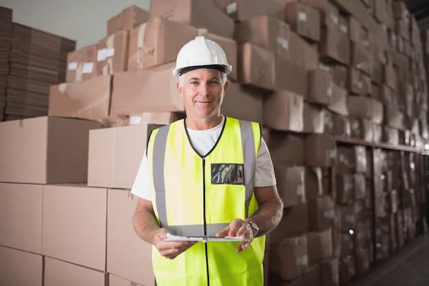 Portrait d'ouvrier en entrepôt