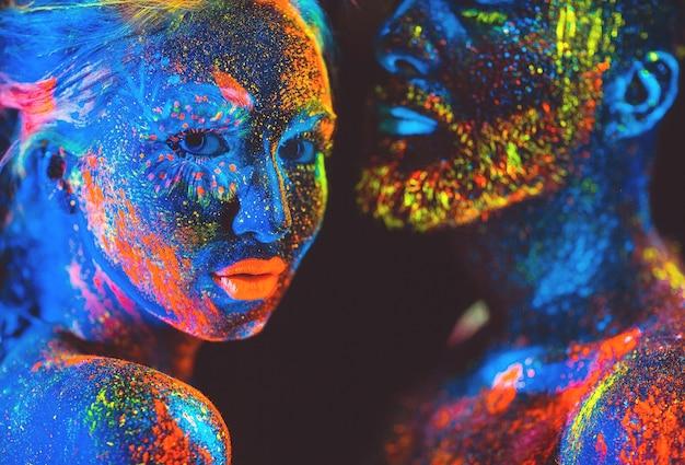 Portrait d'une paire d'amants peints en poudre fluorescente.