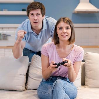 Portrait de parents jouant ensemble à des jeux vidéo