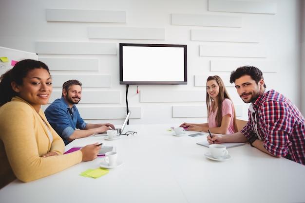 Portrait de partenaires confiants lors de la réunion du conseil d'administration au bureau créatif