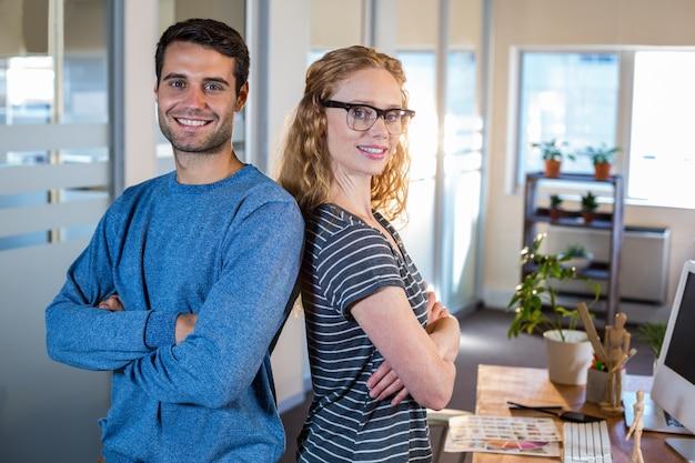 Portrait de partenaires souriants posant ensemble