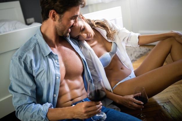 Portrait de passion de couple sensuel amoureux en lingerie