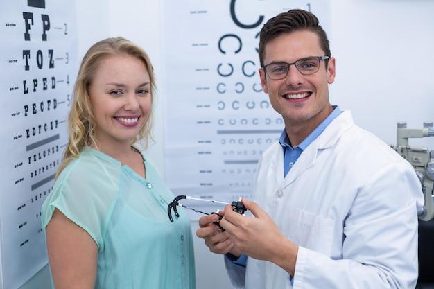 Portrait de patiente et optométriste