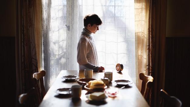 Portrait de pauvre petite fille triste table de réglage à l'intérieur à la maison, concept de pauvreté.