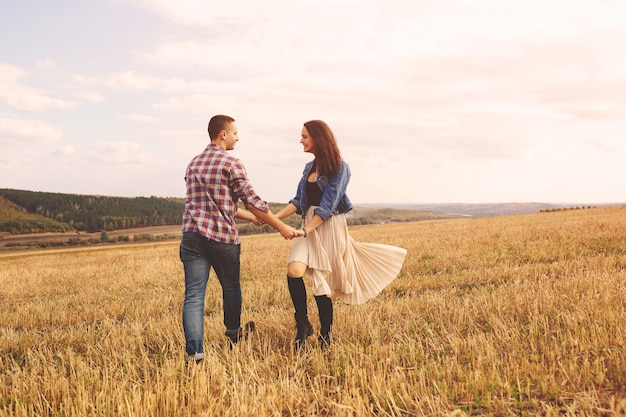 Portrait de paysage de jeune beau couple élégant sensuel et s'amuser en plein air