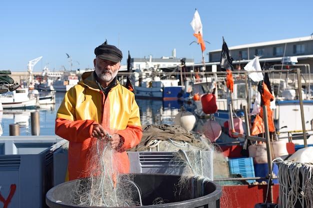 Portrait d'un pêcheur dans le port