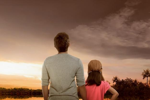Portrait, de, père fille, apprécier, vue coucher de soleil